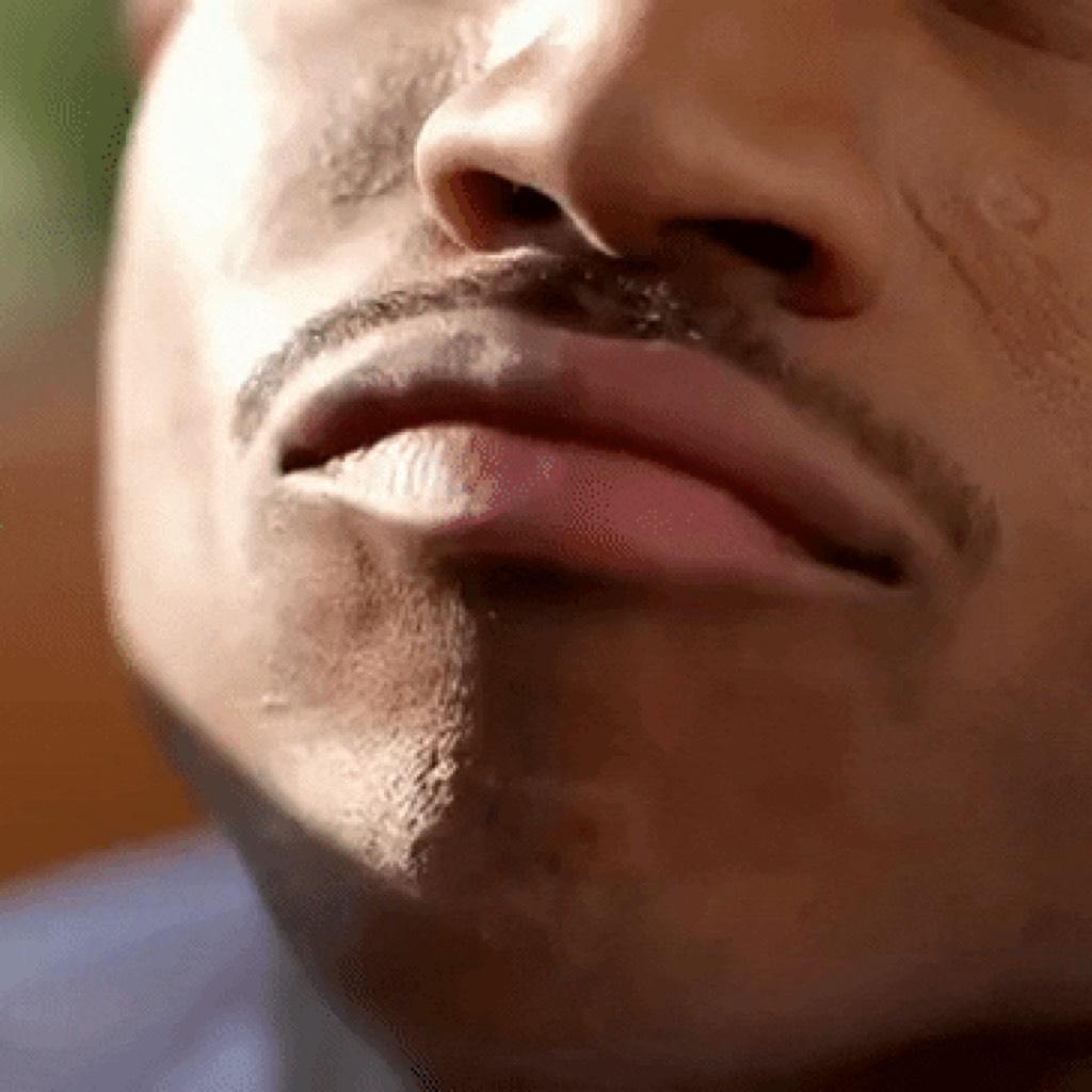 гифы воздушный поцелуй от мужчины постоянно выкладывает